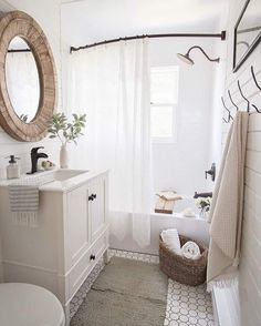 I've rounded up 23 awesome rustic farmhouse bathroom decor inspiration ideas to help inspire you to take on a bathroom makeover. Home Design, Small Home Interior Design, Design Blogs, Design Trends, Small Space Design, Design Styles, Design Design, Bad Inspiration, Bathroom Renos