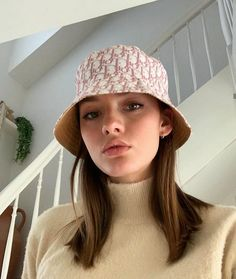 Discover recipes, home ideas, style inspiration and other ideas to try. Outfits With Hats, Cute Outfits, Bob Chapeau, Pretty People, Beautiful People, Model Tips, Bucket Hat Outfit, Harajuku, Mode Streetwear