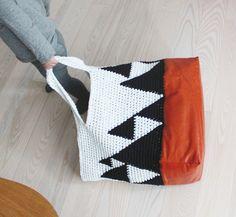 Her får I opskriften på den store hæklede taske– det mest udfordrende er at lave læderdelen men hvis man ikke har mod på dette kan det sagtens udelades – læderet kan også skiftest ud m…