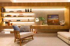 MÓVEL ILUMINADO| iluminação projetada dentro de móveis destaca a mobília e seus acessórios com charme e elegância. Inspire-se! // Sala de Alexandre Dal Fabbro. #CasaCor #TecnisaDecor #Inspire-se #Tecnisa Foto: site CasaCor