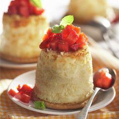 PASTELITOS DE QUESO CON FRESAS. Tapas, Cheesecakes, Vanilla Cake, Food And Drink, Desserts, Recipes, Canela, Strawberry Cheesecake Cake, Dessert Plates
