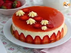 Here is the recipe of real strawberry step by step, easy and very well explained with a video to succeed this strawberry dessert. result GARANTI – Dessert recipe: Fraisier, the recipe step by step by Ptitchef_officiel Source Strawberry Desserts, Köstliche Desserts, Food Cakes, Bolo Genoise, Cake Recipes, Dessert Recipes, Recipe Steps, French Pastries, Cake Tins