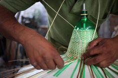 artesano trabajando lampara de botellas de plástico