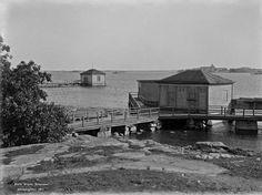 Ullanlinnan kylpylaitoksen laituri Kaivopuistossa vuonna 1911. Taustalla näkyy Suomenlinna ja sen kirkko, jonka sipulikupolit poistettiin Suomen itsenäistyttyä.