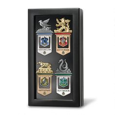 Are you looking for officially licensed collectible bookmarks that can stand up to a lot of reading? The Harry Potter Hogwarts Bookmarks are gold and silver Harry Potter Laden, Harry Potter Kostüm, Harry Potter Bookmark, Harry Potter Merchandise, Harry Potter Characters, Boutique Harry Potter, Noble Collection Harry Potter, Glass Display Case, Ravenclaw