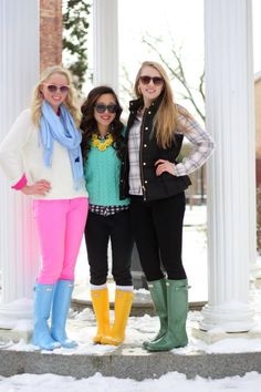 Love the neon colors and Hunters. Specially the outfit of the girl with green and yellow. Cute.