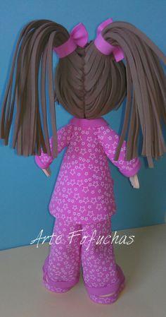 Fofucha con pijama rosa. Detalle de peinado artefofuchas.com