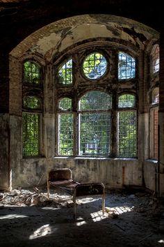Beelitz Heilstätten....abandoned military hospital berlin...Love it...would make a great library/reading room...... :-) KSS