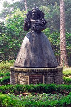Queen Elizabeth I statue, Elizabethan Gardens, Roanoke Island, Outer Banks, NC.