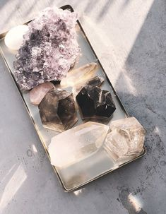 Description of the many uses of quartz crystals for the average layman. How to benefit from quartz crystals. Crystals And Gemstones, Stones And Crystals, Chakra Crystals, Healing Crystals, Crystal Aesthetic, Nerd, Crystal Decor, Crystal Altar, Crystal Jewelry