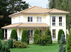 Flat sloping hipped roofs are typical for .- Flach abfallende Walmdächer sind typisch für mediterrane Häuser… Gently sloping hipped roofs are typical of Mediterranean houses. Villa Plan, Fachada Colonial, Dream Mansion, Rustic Patio, Design Exterior, Stucco Homes, Hip Roof, Custom Built Homes, Mediterranean Homes