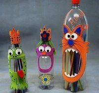 Unos monstruos con botellas de plástico y material puede ser el que sea siempre y cuando sea creativo y reciclado de preferencia