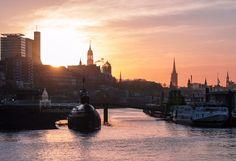 Was ist bloß los? Kein richtiger Winter, keine Sonne und nur Schmuddelwetter seit Wochen. Hamburg ist zwar bei jedem Wetter schön, aber es nervt doch ein wenig... Dann machen wir hier eben ein bisschen Sonne  www.heimathafen-aktuell-hamburg-fotografie.de #hamburg #germany #harbour #sunrise