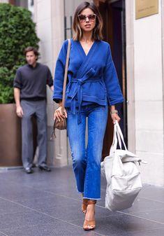 Annabelle Fleur com look todo azul e calça jeans cropped.