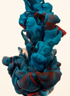 In the series 'A due colori', Alberto Seveso experiments with high-speed photography while trying to find a new way to make something beautiful using ink and water.