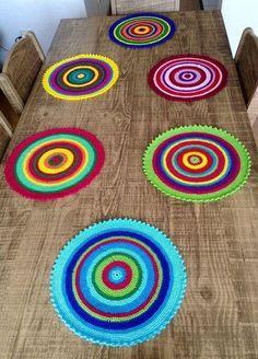 Crochet Sousplat: Models to Make Your Table Exquisite - Stricken Crochet Diy, Love Crochet, Crochet Crafts, Yarn Crafts, Crochet Projects, Crochet Placemats, Crochet Doilies, Crochet Flowers, Crochet Stitches