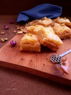 Baklava aux amandes et pistaches Cornbread, Cereal, Dairy, Sweets, Cheese, Breakfast, Moroccan, Ethnic Recipes, Biscuits