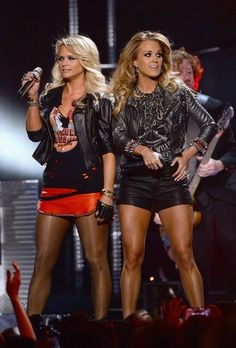 Miranda Lambert Photos - Recording artists Miranda Lambert (L) and Carrie Underwood perform onstage during the 2014 Billboard Music Awards at the MGM Grand Garden Arena on May 2014 in Las Vegas, Nevada. - 2014 Billboard Music Awards - Show Country Female Singers, Country Music Singers, Country Musicians, Billboard Music Awards, Country Women, Country Girls, Miranda Lambert Photos, Carrie Underwood Pictures, Estilo Rock
