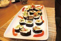 Voglia di sushi? Ecco come lo prepara Renè Andreani, in questa ricetta apparsa all'interno del primo numero di CrudoStyle: INGREDIENTI 2 alghe Nori, 2 avocado, 1 carota, funghi porcini reidratati, 1 peperone giallo e 1 rosso, cavolfiore, foglia di lattuga, mela, pomodoro, noci di macadamia, cetriolo, tamari superfood: baobab ATTREZZATURA Tappeto bambu, mandolina, frullatore, piatto rettangolare da portata, peperone per decorare.