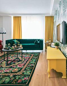 Her köşesinden başka bir rengin bize göz kırptığı neşe dolu bir evdeyiz. Ev sahibesi Melek İçmeli, renklere olan tutkusunu, yaşam alanlarının her detayına yansıtmış.