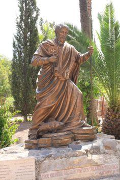 Estatua de Pedro en Capernaum, Israel averigua en http://www.turinco.co/ empieza en Tierra Santa, termina en Italia WOWW! #turinco