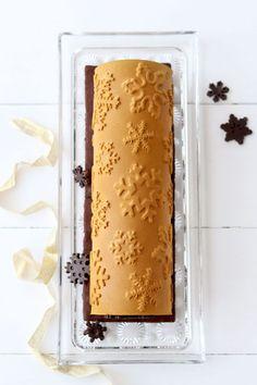 …Il tronchetto di Natale é un dolce classico da portare in tavola il 25 dicembre. Questo che ho preparato oggi, grazie allo stampo Kit Frozen Buche della Silikomart, é una versione moderna, bello vero? Molto natalizio con quei bellissimi fiocchi di neve. Una bavarese al cioccolato bianco profumata alla cannella racchiude una composta di pere…