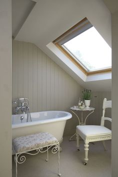 Leopoldina Haynes attic bathroom from 50 INCREDIBLE Modern Country Attic Bathrooms over on Modern Country Style! Loft Bathroom, Bathroom Layout, Family Bathroom, Basement Bathroom, Modern Country Bathrooms, Roll Top Bath, Modern Country Style, Attic Rooms, Cottage Interiors