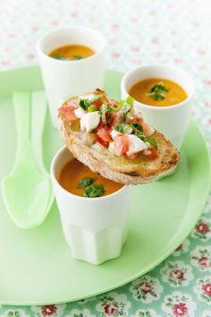 soupe, tomates et bruschetta - http://www.flair.be/fr/home-sorties/274810/tomate-mozzarella-4-recettes-faciles