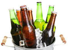 <p>Lustre com garrafas, mesa com tampinhas e painel com porta-copos são algumas opções</p>