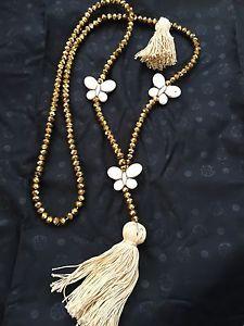 SAUTOIR-HIPPIE-CHIC-PERLES-CRISTAL-PAPILLONS-ET-POMPON-NEUF-TONS-DORE-ET-BEIGE Hippie Chic, Bijoux Diy, Swarovski Jewelry, Petunias, Tassel Necklace, Beige, Jewerly, Diy And Crafts, Creations
