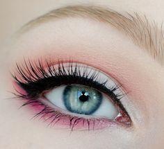 maquillage yeux eye-liner et mascara noir avec fard papaupières en rose et…