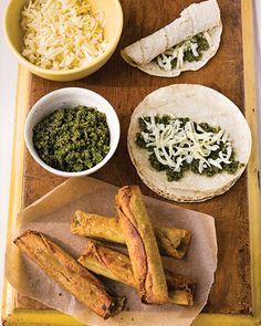 Flautas de queso con pesto de cilantro