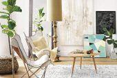 Slim-legged furniture can add a sense of space to smaller rooms. * Les meubles aux pieds effilés donnent l'impression que la pièce est plus spacieuse.