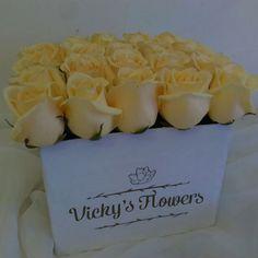 Y esta caja tiene dueña...el aroma de éstas rosas es empalagante son frescas y tiernas!!! ATREVETE A REGALAR DIFERENTE...