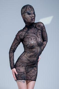 Profitez de toute la collection spéciale Halloween par Patrice Catanzaro - Robe Chiba avec cagoule arabesque velours Livraison offerte