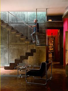 The Roman house of Alberto Bassetti (playwright) characterised by strong colors and a spectacular concrete staircase, which seems suspended in space (source Bravacasa).