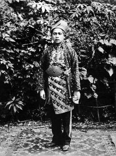 "Indonesia - Sumatera Barat province, Bukittinggi   ""Groom from Sungei Poear, near Fort de Kock, on Sumatra's west coast, in traditional bridal wear""   ca. 1895    ©National Museum of World Cultures, Leiden, Netherlands. // TM-60003546"