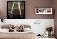 """Marrom foi a cor escolhida para pintar as paredes do quarto, cuja cabeceira da cama, com luminária de leitura, é de gesso. """"É um material bem mais barato que a marcenaria"""", indica a designer de interiores Roberta"""