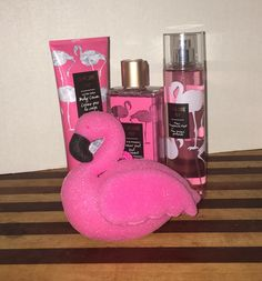 Bath and Body works flamingo set. Flamingo Gifts, Flamingo Decor, Flamingo Party, Pink Flamingos, Flamingo Hotel, Flamingo Bathroom, Romantic Candles, Pink Bird, Best Bath