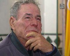 Dois homens que vivem debaixo de uma ponte: Fernando, na  idade em que a reforma deveria ser um conforto de uma vida, vive com pouco mais de 100 euros por mês de uma pensão e Juan, cubano que está há dez anos em Portugal.