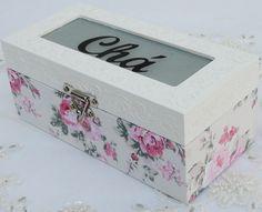 Caixa de Chá em MDF revestida com tecido 100% algodão. Apliques em massa para modelar acima da caixa. peça pintada com tinta pva e envernizada com verniz acrílico fosco.
