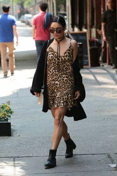 Look que é a cara dela  , Vanessa Hudgens. Vestido de oncinha, botinha, casaco despojado e as gargantilhas atualizadoras de look.