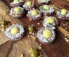 Biscuit moelleux chocolat et noix de Grenoble, ganache à l'huile d'olive. Olives, Saveur, Reading, Books, Desserts, Olive Oil, Tailgate Desserts, Libros, Deserts