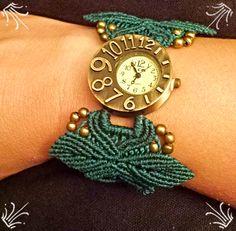 Reloj estilo vintage con pulsera de macramé formando hojas.