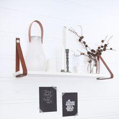 Et par skinnbelter og en gammel hylle kan fort bli en herlig ny dekorasjon på stueveggen! Her får du oppskriften.
