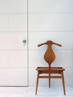 """ユーモラスで美しい""""ヴァレット・チェア(PP-250)""""。    オブジェの様な、この椅子は面白い仕掛けがいっぱい。"""