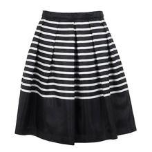 Schuhe, Röcke und Pullover: Streetstyle-Stars in aller Welt tragen jetzt schwarz-weiß gestreift.