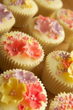 Spring flower cupcakes by The Cupcake Studio, via Flickr