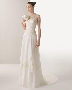 Vestido bordado brilhantes e garça em cor marfim.