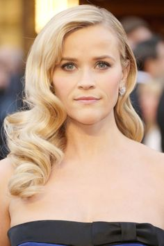 Always a fan of Veronica Lake-inspired waves, Reece Witherspoon positively glowed on the red carpet. Pale, peachy pink lips and voluminous lashes completed her look.